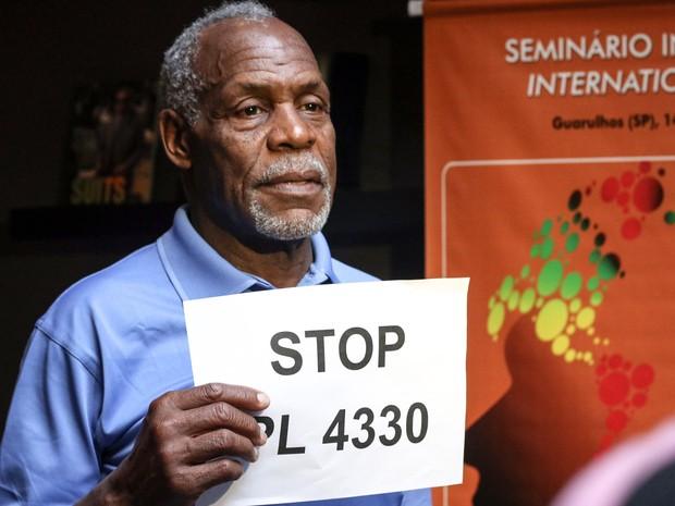 O ator Danny Glover exibe um cartaz contra o projeto de lei 4330/04 durante congresso da Confederação Nacional dos Metalúrgicos e da CUT em Guarulhos. O projeto prevê alteração nas regras para a contratação de trabalhadores terceirizados (Foto: Roberto Parizotti/CUT)