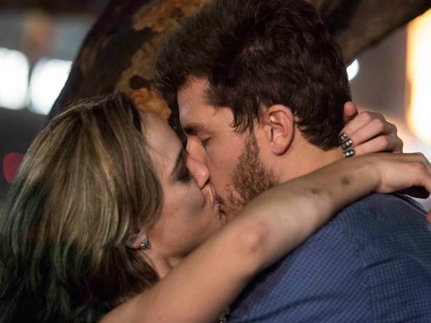Amanda e Léo se beijam (Foto: Inácio Moraes/TV Globo)