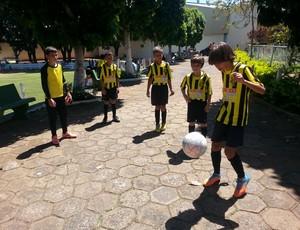 Eles são pequenos mas já tem intimidade com a bola (Foto: Maritza Borges)