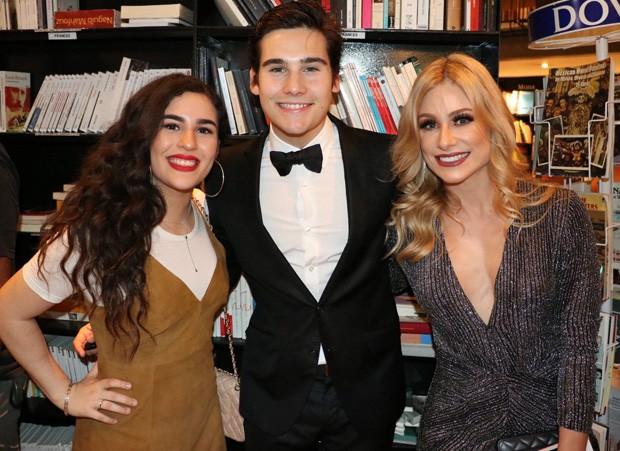 Nicolas Prattes posa com a ex Lívian Aragão e a mãe, Giselle Prattes (Foto: Anderson Borde/AgNews)