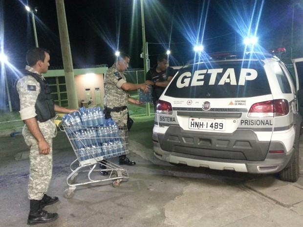 Presos receberam água mineral nas celas em Oliveira (Foto: Anna Lúcia Silva/ G1)