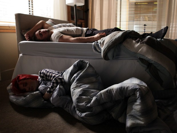 Como assim? Du dorme no chão, enquanto Lucas fica com a cama? (Foto: Pedro Curi/TV Globo)