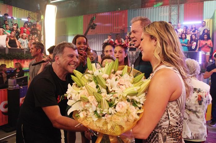Claudia Leitte sendo homenageada pelo diretor Jorge Fernando (Foto: TV Globo/Carol Caminha)