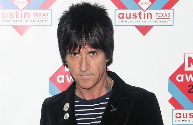 Johnny Marr, o lendário guitarrista da banda The Smiths, extinta em 1987, está com 51 anos de idade e, quando jovem, também se dedicou ao futebol profissional, tentando inclusive entrar para o Manchester City. Mas a carreira futebolística não vingou. Johnny diz que o problema eram os olhos dele pintados com lápis. (Foto: Getty Images)