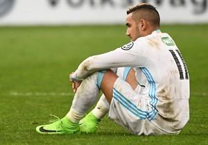 Payet sentado no gramado na eliminação do Olympique de Marselha da Copa da França (Foto: BORIS HORVAT / AFP)