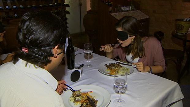 Já imaginou comer com os olhos vendados? O programa desta semana mostra a experiência. (Foto: Reprodução/TV Vanguarda)