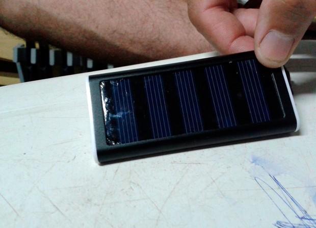 Bateria encontrada com os presos usa energia solar para fazer a recarga de celulares (Foto: Osvaldo Júnior Rossato/G1)