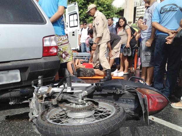 Condutor da motocicleta fraturou o braço na colisão, segundo o Corpo de Bombeiros (Foto: Walter Paparazzo/G1)