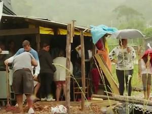 Cerca de 30 famílias estão acampando e morando improvisadas do lado de fora do conjunto habitacional (Foto: Reprodução / Inter TV)