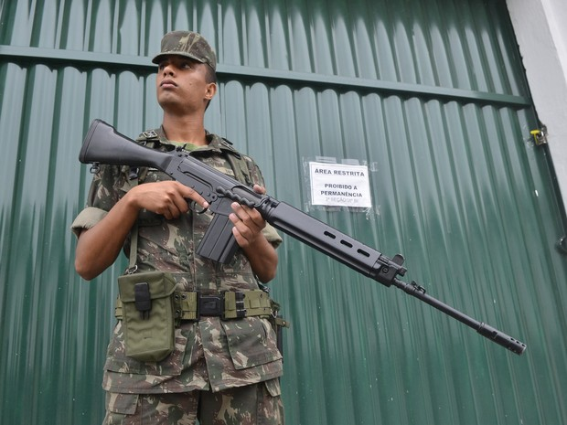 Soldados do Exército vigiam provas do Enem no Espírito Santo (Foto: Guilherme Ferrari/ A Gazeta)