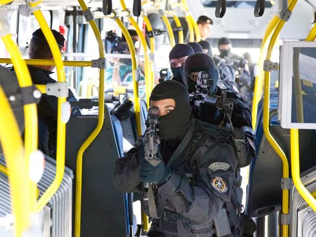 Homens do Bope fazem sinulação de assalto em ônibus do BRT (Foto: Márcia Foletto / Agência O Globo)