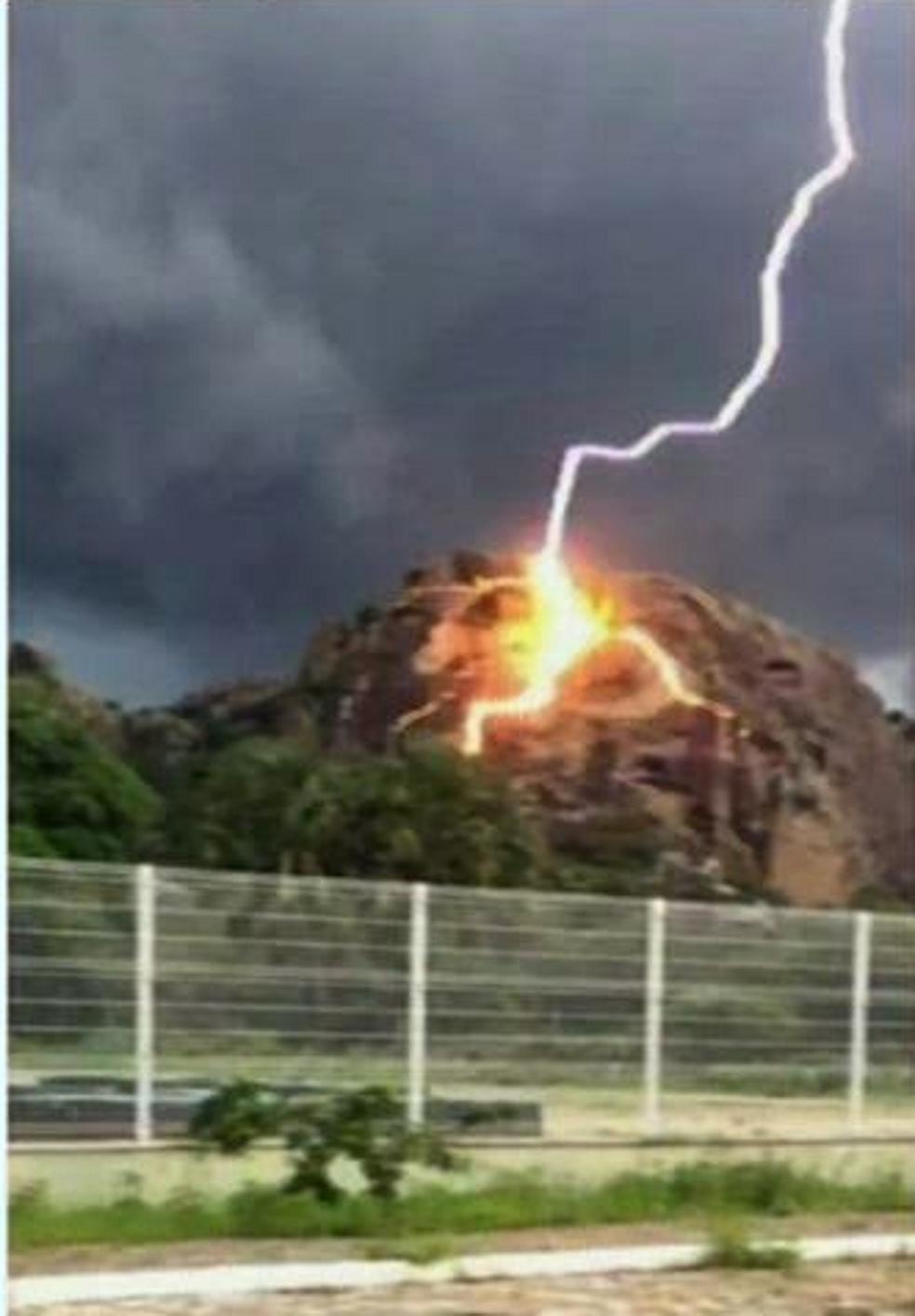 Na cidade de Quixadá, um morador registrou o momento em que um raio caiu na vegetação. (Foto: Reprodução/TV Verdes Mares)