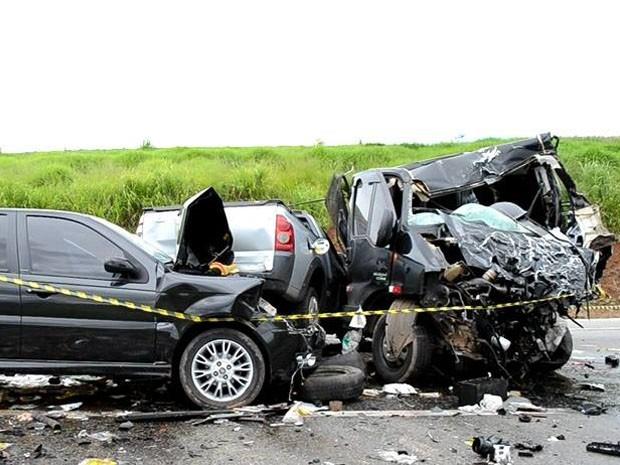 Acidente envolveu quatro veículos próximo a Piranguinho (Foto: Luciano Lopes)
