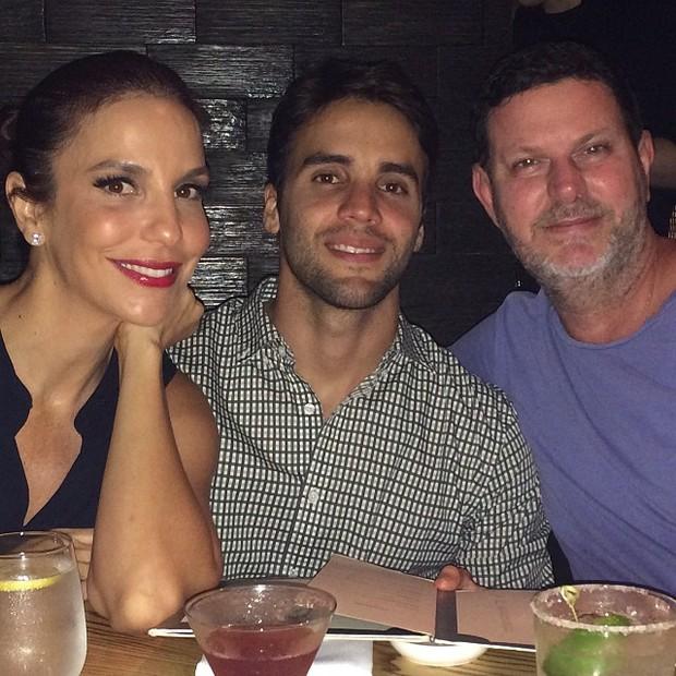 Ivete Sangalo com o marido, Daniel Cady, e amigo em restaurante em Nova York, nos Estados Unidos (Foto: Instagram/ Reprodução)