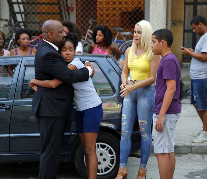 Maristela ajuda a família (Foto: Pedro Carrilho/Gshow)