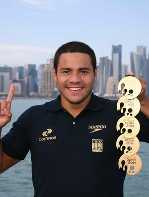 Felipe França posa com medalhas em Doha