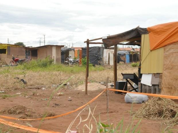 Barracos em área da prefeitura invadida no Dom Antônio Barbosa em Campo Grande MS (Foto: Tatiane Queiroz/G1 MS)