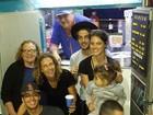 Chay Suede comemora aniversário de Laura Neiva com família dela