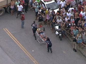Socorristas fazem o resgate de um ferido no acidente, no bairro Goiânia, em BH.  (Foto: Reprodução/TV Globo)
