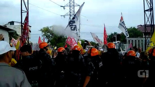 Polícia usa spray de pimenta para conter protesto contra Temer no RS