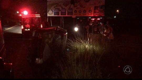 Carro com 11 pessoas capota após motorista se assustar com farol na PB