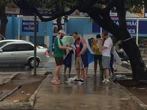 Comerciantes lucraram vendendo capas de chuva antes do jogo em Natal (Foto: Fernanda Zauli/G1)