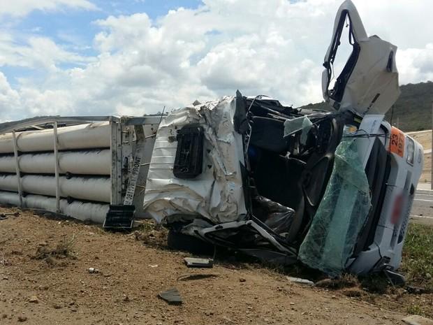 Motorista morreu após caminhão carregado com gás tombou na BR-230 (Foto: Jackson Rondineli/TV Paraíba)