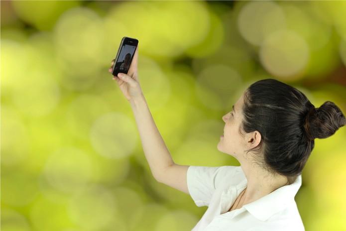 Use a câmera frontal e tente fazer a foto do seu selfie por cima do rosto (Foto: Pond5)