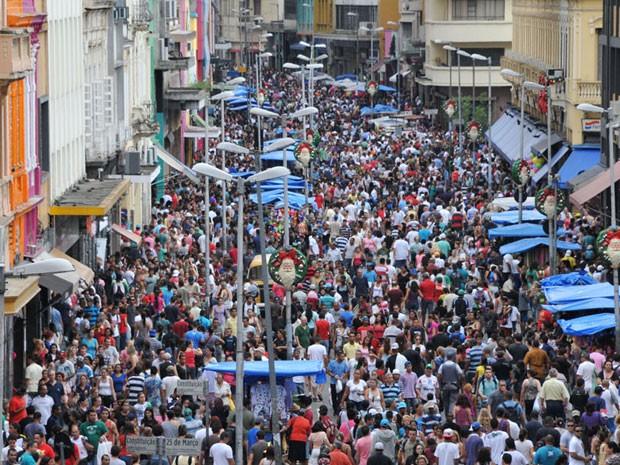 Consumidores lotam a Rua 25 de Março a três dias antes do Natal. Segundo a CET, manhã deste sábado teve trânsito lento na região  (Foto: J. Duran Machfee/Futura Press/Estadão Conteúdo  )