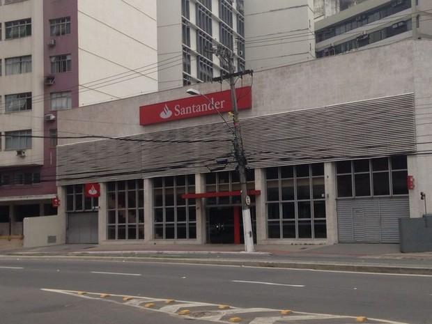 Agência do Santander sofreu tentativa de furto, no Centro de Vitória (Foto: Leandro Tedesco/ TV Gazeta)