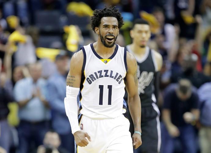 Mike Conley comemora a reação dos Grizzlies na série contra os Spurs (Foto: Getty Images)