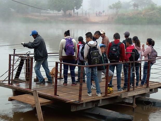Balsa puxada só por cabo de aço leva perigo a estudantes. (Foto: Reprodução EPTV)