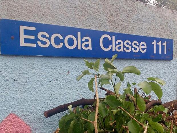 Placa de identificação da Escola Classe 111 de Samambaia, no DF; unidade foi parcialmente destruída após temporal (Foto: Elielton Lopes/G1)