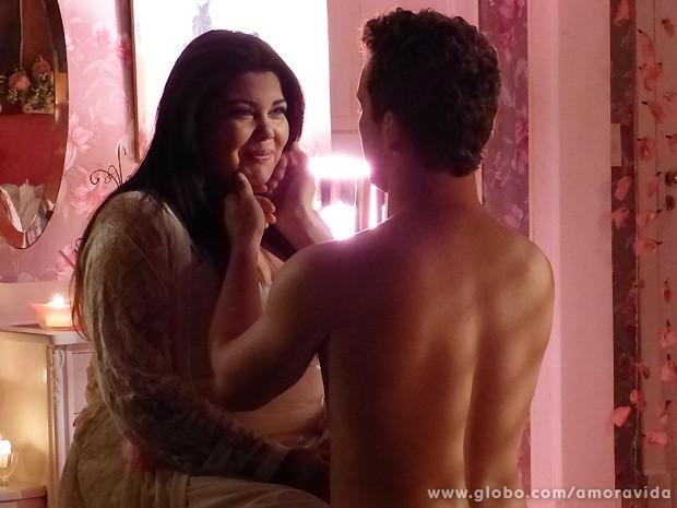 Perséfone diz a Daniel que tudo parece ser um sonho... (Foto: Amor à Vida / TV Globo)