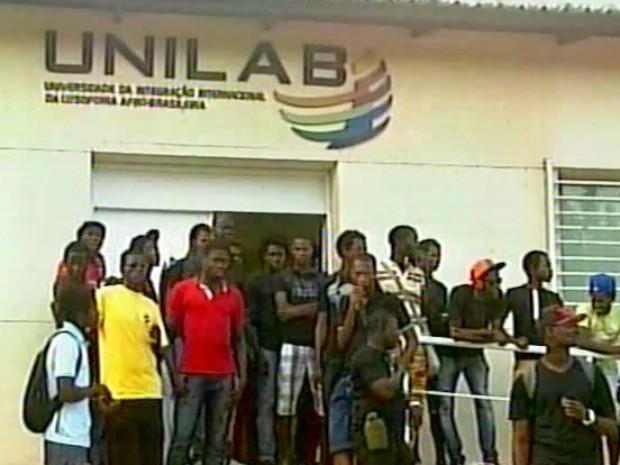 Estudantes protestam contra a demora no repasse do auxílio moradia e alimentação (Foto: Arquivo pessoal)