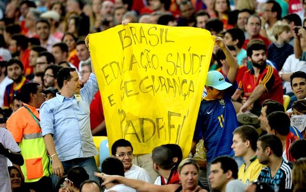 Cartaz protesto estádio maracanã Espanha e Taiti (Foto: Agência AFP)