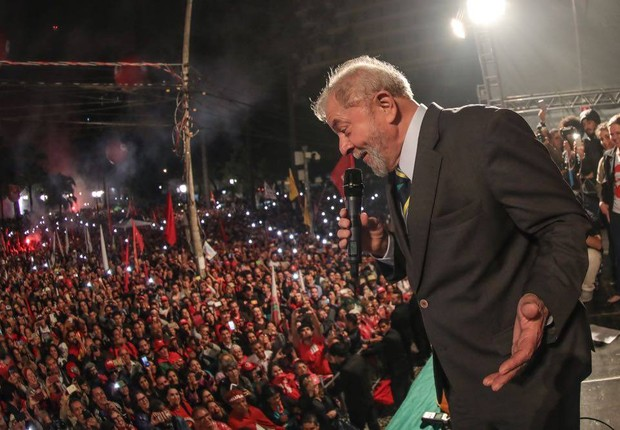 O ex-presidente Luiz Inácio Lula da Silva discursa para simpatizantes diante da Universidade Federal do Paraná (Foto: Reprodução/Facebook)