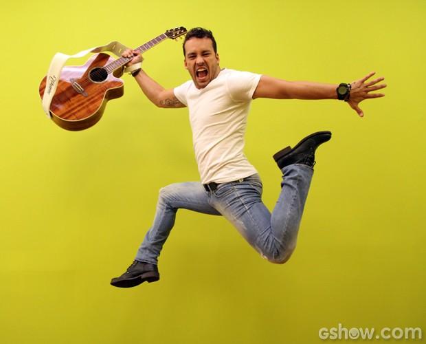 Rodrigo Andrade se diverte na sala do Artista Completão (Foto: Carol Caminha / TV Globo)