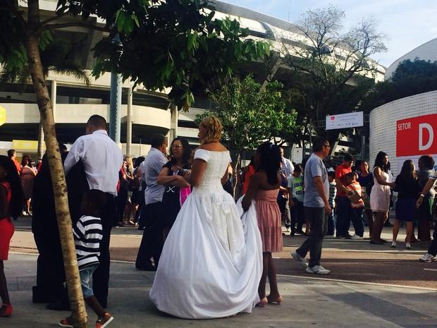 Convidados faziam fila na porta do Maracanazinho na manhã deste domingo (30) para esperar o casamento (Foto: Lívia Torres/G1)