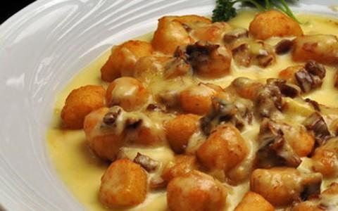 Nhoque de aipim frito com molho de gorgonzola e carne de sol
