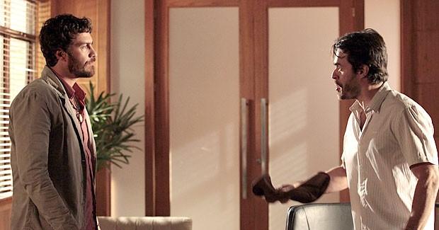 Rodrigo é surpreendido pela história contada por Tobias (Foto: Amor Eterno Amor/TV Globo)