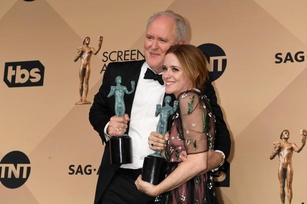 John Lithgow e Claire Foy posam com suas estatuetas do SAG Awards pela performance na série The Crown (Foto: Getty Images)