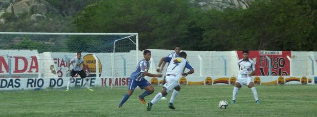 Atlético de Cajazeiras contra o Cruzeiro de Itaporanga (Foto: Luiz Carlos Roque / Globoesporte.com)