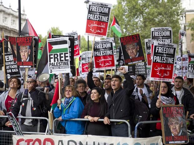 Manifestantes pró-Palestina fazem protesto durante a visita do primeiro ministro de Israel, Benjamin Netanyahu, a Londres, na quarta (9) (Foto: AFP Photo/Justin Tallis)