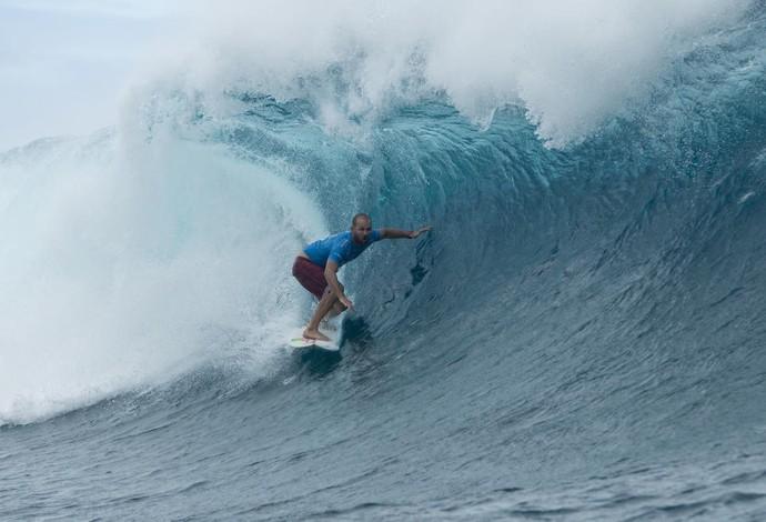 C. J. Hobgood tira nota 10 na bateria contra Julian Wilson na terceira fase da etapa em Teahupoo, no Taiti (Foto: WSL / Stephen Robertson)