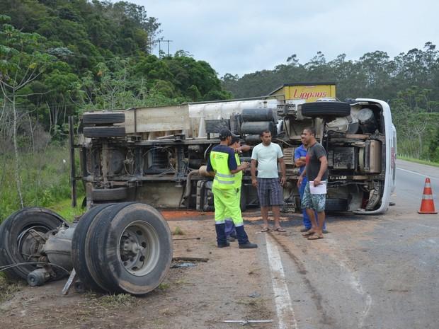 caminhão na br 101 rio dourado (Foto: Adriana Rodrigues/VC NO G1)