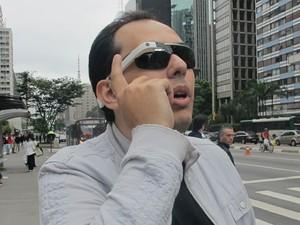 Masi, o dono do Glass, levou o aparelho para mostrar suas funções na rua (Foto: Daniela Braun/G1)