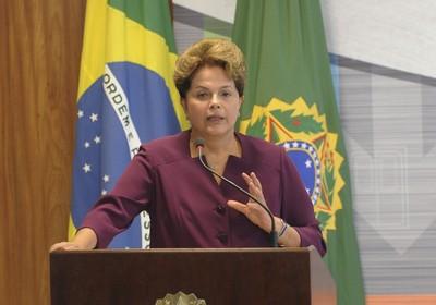 A presidente Dilma Rousseff, fala na solenidade de lançamento do PAC Mobilidade Médias Cidades (Foto: Wilson Dias/ABr)
