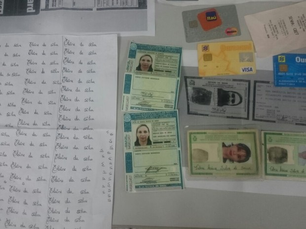 Suspeita estava em posse de vários documentos falsos e cartões clonados (Foto: Polícia Civil / Divulgação)