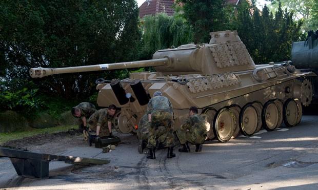 Tanque Panther, de 45 toneladas, deu trabalho aos homens do exército que tiveram de apreendê-lo (Foto: Carsten Rehder/dpa via AP)